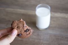Galleta y leche, galletas del chocolate con leche foto de archivo