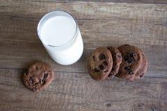 Galleta y leche, galletas del chocolate con leche fotografía de archivo libre de regalías