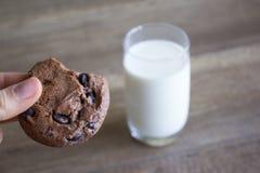 Galleta y leche, galletas del chocolate con leche fotos de archivo libres de regalías
