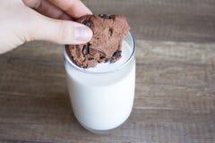 Galleta y leche, galletas del chocolate con leche imagen de archivo libre de regalías