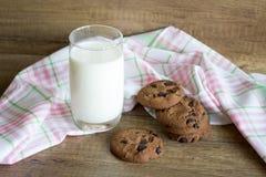 Galleta y leche, galletas del chocolate con leche imagen de archivo