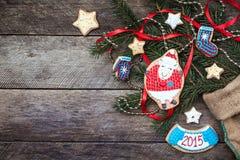 Galleta y pasteles de las ovejas del Año Nuevo 2015 en estilo rústico Imagen de archivo libre de regalías