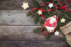 Galleta y pasteles de las ovejas del Año Nuevo 2015 en la madera Fotos de archivo libres de regalías