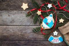 Galleta y pasteles de las ovejas de Navidad y del Año Nuevo 2015 en la madera Fotografía de archivo libre de regalías