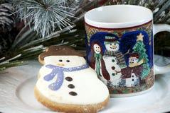 Galleta y taza del muñeco de nieve Imágenes de archivo libres de regalías