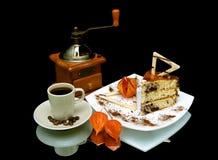 Galleta y una taza de café en un fondo negro con el espejo con referencia a Imagen de archivo