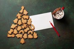 Galletas árbol de navidad del pan de jengibre y tarjeta de felicitación Fotografía de archivo