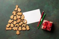 Galletas árbol de navidad del pan de jengibre y tarjeta de felicitación Fotos de archivo libres de regalías
