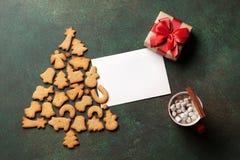 Galletas árbol de navidad del pan de jengibre y tarjeta de felicitación Imagen de archivo libre de regalías