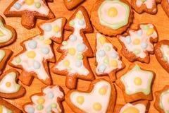Galletas adornadas coloridas del pan de jengibre - árboles de navidad, corazón, estrella Imagen de archivo libre de regalías