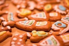 Galletas adornadas coloridas del pan de jengibre - casas de la Navidad, corazones, caracol, oso Fotos de archivo libres de regalías