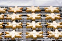 Galletas adornadas de la Navidad en la bandeja del forro imagen de archivo