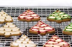 Galletas adornadas de la Navidad en la bandeja del forro foto de archivo libre de regalías