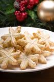 Galletas adornadas de la Navidad en la configuración festiva fotos de archivo