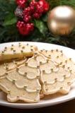 Galletas adornadas de la Navidad en la configuración festiva fotos de archivo libres de regalías