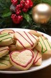 Galletas adornadas de la Navidad en la configuración festiva Fotografía de archivo libre de regalías
