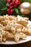 Galletas adornadas de la Navidad en la configuración festiva foto de archivo