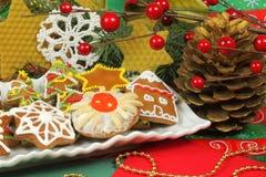 Galletas adornadas del gingerbrad en plato Fotografía de archivo libre de regalías