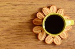 Galletas alrededor de una taza de café Fotografía de archivo libre de regalías