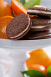 Galletas anaranjadas del chocolate con el relleno poner crema Imagen de archivo libre de regalías