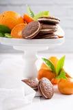 Galletas anaranjadas del chocolate con el relleno poner crema Fotografía de archivo