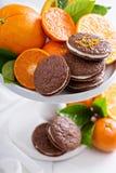 Galletas anaranjadas del chocolate con el relleno poner crema Imágenes de archivo libres de regalías