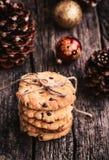 Galletas apiladas en una tabla de madera Dulces de la Navidad Imagen de archivo libre de regalías