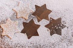 Galletas asteroides crudas en harina en la tabla Imagen de archivo