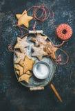 Galletas asteroides del pan de jengibre de la Navidad con las cuerdas y el polvo del azúcar Imagen de archivo libre de regalías
