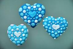 Galletas azules del corazón, día del ` s de la tarjeta del día de San Valentín Fotografía de archivo