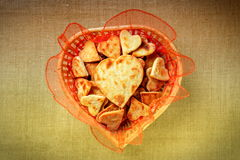 Galletas bajo la forma de corazones en una cesta Fotografía de archivo libre de regalías
