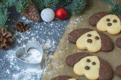 Galletas bajo la forma de perro en la tabla de la Navidad Símbolo del Año Nuevo 2018 Imagen de archivo libre de regalías