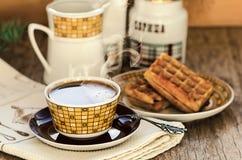 Galletas belgas con café en la tabla de madera del vintage Fotos de archivo