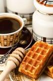 Galletas belgas con café y miel en la tabla de madera del vintage Fotografía de archivo