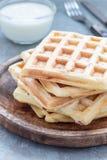 Galletas belgas sabrosas hechas en casa con el tocino y el queso destrozado, servidos con el yogur llano, en la placa de madera,  Fotografía de archivo libre de regalías