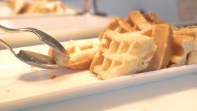 Galletas belgas tradicionales que mienten en la placa blanca en buffet en restaurante del hotel Galletas cocidas dulces para la m almacen de video