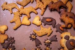 Galletas checas tradicionales del pan de jengibre de la Navidad en la bandeja fotos de archivo libres de regalías
