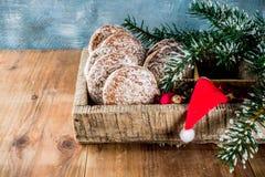 Galletas clásicas del pan de jengibre de la Navidad imagenes de archivo