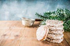 Galletas clásicas del pan de jengibre de la Navidad imagen de archivo libre de regalías