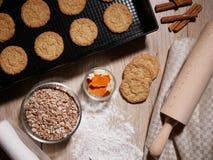 Galletas cocidas frescas en la bandeja de la hornada Rollo de la pasta y harina dispersada Fotos de archivo