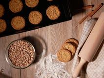 Galletas cocidas frescas en la bandeja de la hornada Rollo de la pasta y harina dispersada Imagen de archivo