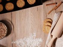 Galletas cocidas frescas en la bandeja de la hornada Rollo de la pasta y harina dispersada Endecha plana Imagen de archivo