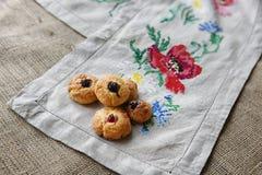 Galletas cocidas hogar en la toalla bordada Foto de archivo libre de regalías