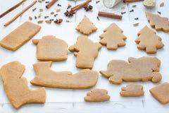 Galletas cocidas para la composición de la Navidad 3D en la tabla de madera, especias del pan de jengibre en fondo Foto de archivo libre de regalías