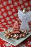 Galletas coloridas adornadas de la miel de la Navidad Fotos de archivo libres de regalías