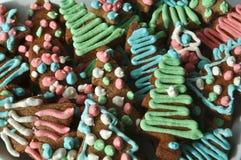 Galletas coloridas adornadas de la miel de la Navidad Imagen de archivo libre de regalías