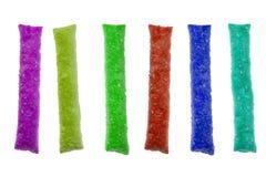 Galletas coloridas de la pasta de hojaldre en el fondo aislado blanco fotos de archivo