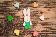 Galletas coloridas de las liebres y del corazón en la madera Imagenes de archivo