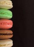 Galletas coloridas de los macarrones, aún vida Imágenes de archivo libres de regalías
