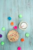 Galletas coloridas del confeti con leche desde arriba fotografía de archivo